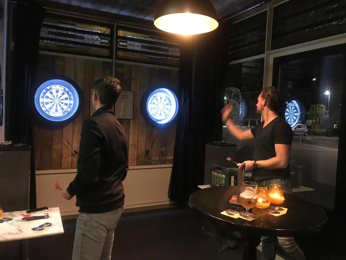 De rookruimte in café De Slimmerick in Naaldwijk is nu ingericht als dartbaan.