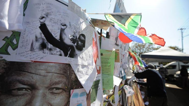 De muur van gelukswensen voor het ziekenhuis waar Mandela wordt verpleegd. Beeld afp