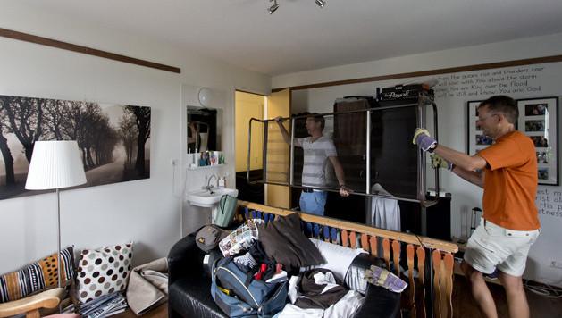 Voor studenten wordt het steeds duurder om op kamers te gaan. Op deze foto een student tijdens een verhuizing.