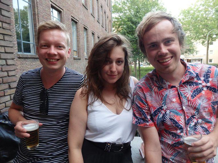 Mark Hulstein (AT5), modestudent Flora van den Berg en Eke Bosman, 'de snackspert'. 'Ja, je ziet het er niet aan af, maar ik recenseer snacks.' Ook een baan. Beeld Schuim