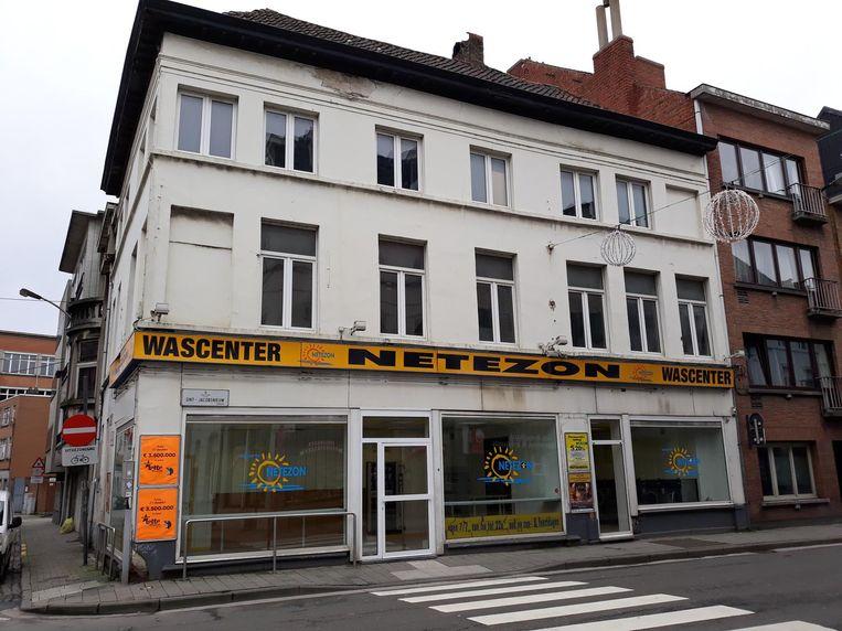 Onder meer de studio's boven dit wassalon in de Sint-Jacobsnieuwstraat zijn onbewoonbaar.