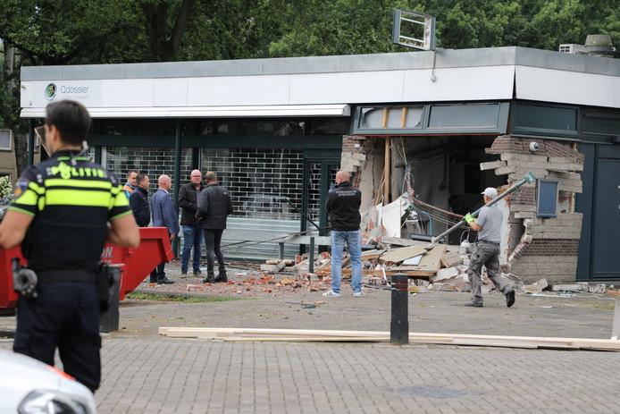 De forse schade na de plofkraak. Een aannemer zet stempels om het gebouw te stutten.