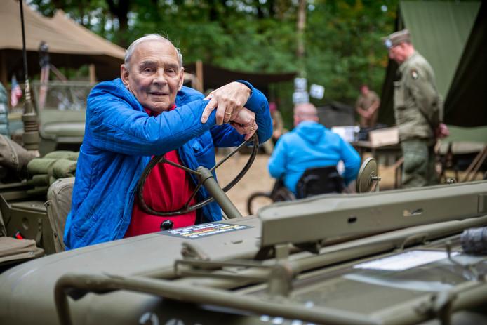 De 84-jarige Wim Bosmans uit Schijndel op veteranendag op het basecamp in Schijndel