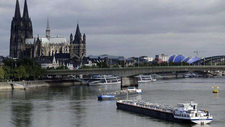 De tankschepen Newton en Emma kwamen bij Keulen vast te liggen in de Rijn en versperden de rivier voor het overige vrachtverkeer. Beeld epa