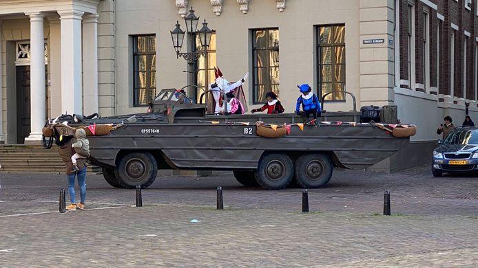 Met een amfibievoertuig reed de Sint met enkele pieten door het centrum van de stad.
