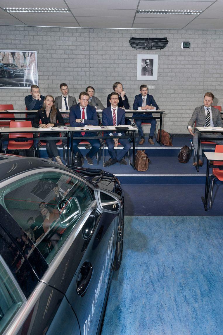 Een les autoverkoop op het IVA. Beeld Adrie Mouthaan