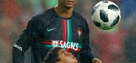 Ronaldo toont zijn zoontje waar hij opgroeide: 'Papa, woonde jij hier?'