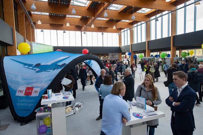 Bezoekers van de open dag van Lelystad Airport bekijken de gloednieuwe terminal.
