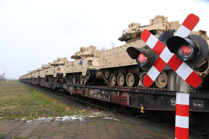 De eerste treinen met Bradleys, gepantserde rupsvoertuigen, van het Amerikaanse leger zijn vertrokken.