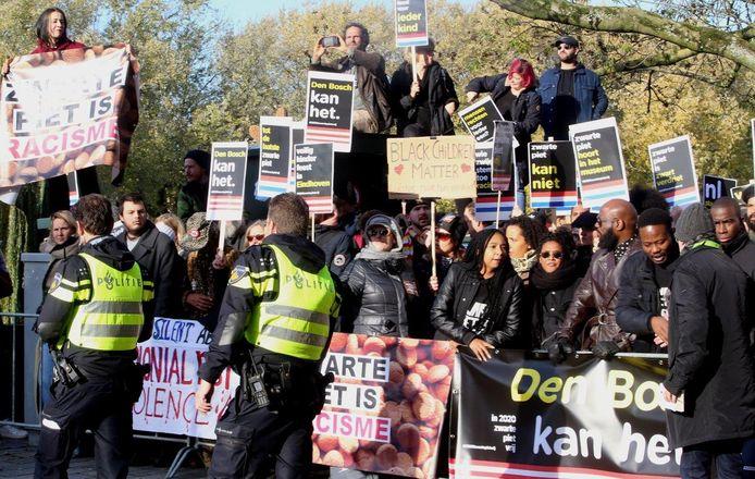 Tegenstanders kwamen met bussen, geregeld door anti-pietenbeweging Kick Out Zwarte Piet (KOZP), vanuit Amsterdam naar Den Bosch. Tot confrontaties kwam het niet. De demonstranten werden door de politie en de organisatie van de intocht uit elkaar gehouden.  De anti-pietenbeweging was gepikeerd omdat ze niet direct aan de route mocht staan. Er zat een buffer van zo'n vijftien meter tussen.