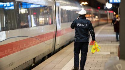 Vader klampt zich vast aan vertrekkende trein om niet van zijn kinderen gescheiden te worden