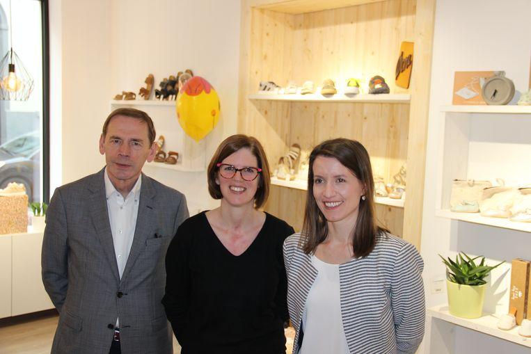Burgemeester Luc Dupont, Annelies Lemaître van schoenenwinkel Filoe en Lien Hillewaere van Bouwmaatschappij Ronse stellen de nieuwste renovatie van de Bouwmaatschappij voor.