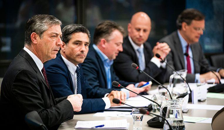 Alan McLean (Shell), Raymond de la Court (AkzoNobel), Arnold Merkies (Tax Justice Nederland), Jeroen Lammers (VNO-NCW) en Hans de Jong (Philips) (vlnr) woensdagmiddag tijdens de hoorzitting in de Tweede Kamer.  Beeld Freek van den Bergh / de Volkskrant