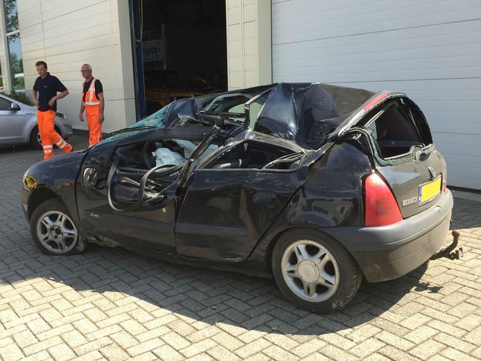 De auto raakte total loss nadat het wiel van de vrachtwagen erop viel.