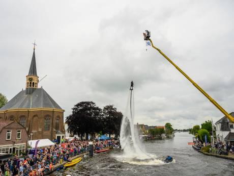Flyboarder Bo Krook vestigt record door 22 meter hoog te vliegen in Woubrugge