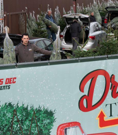 Vanuit je auto een kerstboom uitkiezen kan in deze Culemborgse 'drive tree'