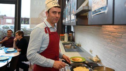 Burgemeester bakt pannenkoeken voor Warmste Week