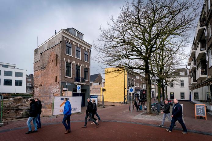 Binnenstadbezoekers passeren het pand aan de Beekstraat 74 waar op het terrein erachter een veertigtal appartementen zal verrijzen.