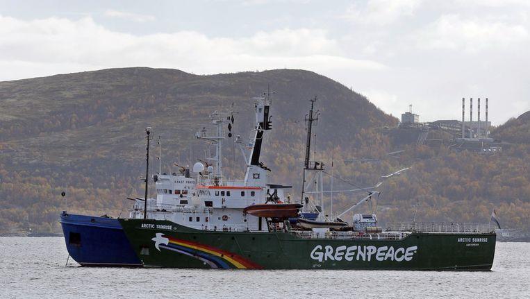 De Arctic Sunrise, het schip van Greenpeace, gisteren in de Kola-baai bij de militaire basis Severomorsk. Beeld ap