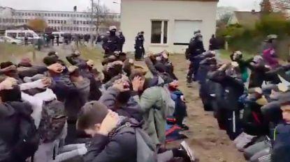 """VIDEO. Ophef over hoe Franse politie scholieren arresteert: """"Vernederend"""""""