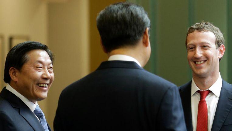Lu Wei (links) met de ceo van Facebook, Mark Zuckerberg, in gesprek met de Chinese president Xi Jinping (met de rug naar de camera) Beeld ap