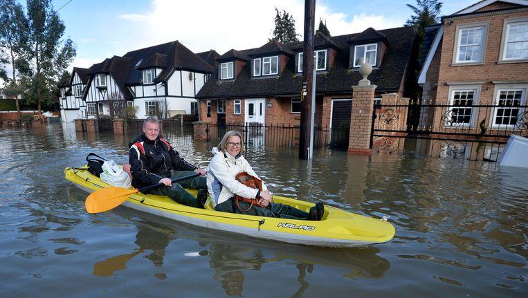 Honderden woningen in Engeland zijn ondergelopen door het hoge water in de rivier de Theems. Beeld AFP