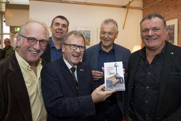 Oud-burgemeester Henk Zomerdijk toont het boek van Hannes. Om hem heen vanaf links: Aad Nekeman (samensteller), Hannes' zoon Hans, Jan Beijer (samensteller) en zoon Herman.