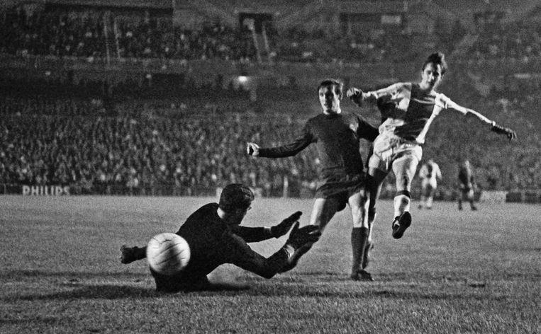 Johan Cruijff passeert doelman Junquera in de tweede wedstrijd tegen Real in 1967. Het wordt 2-1 voor Real. Beeld anp