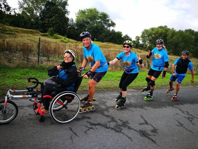 Steven duwt in ons land als eerste de rolstoel voort in dit 'treintje'.