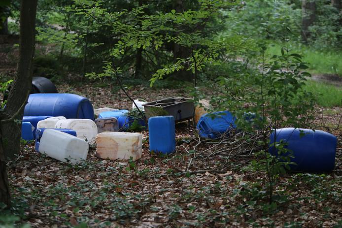 Vaten met chemische troep, afval van drugslabs. Steeds vaker worden ze gedumpt in de natuur.