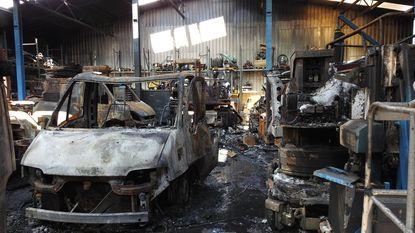 Tiental bestelwagens gaan in vlammen op