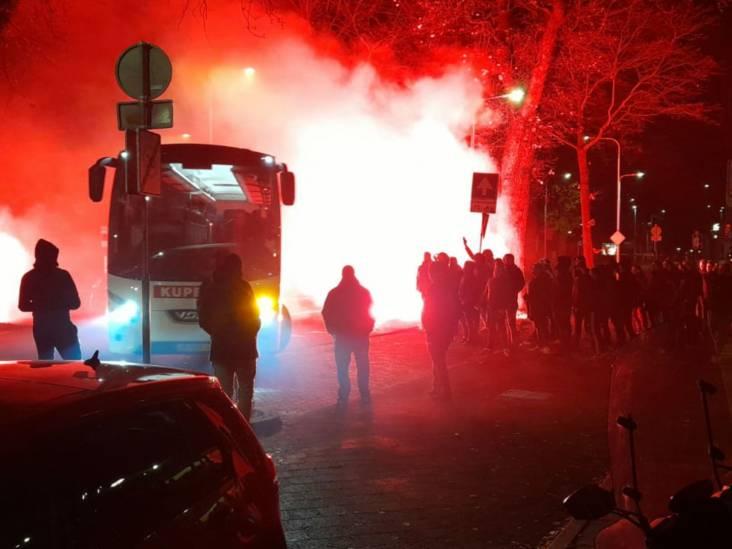 Boze fans zorgen voor 'warm' onthaal spelersbus Willem II bij terugkeer uit Sittard