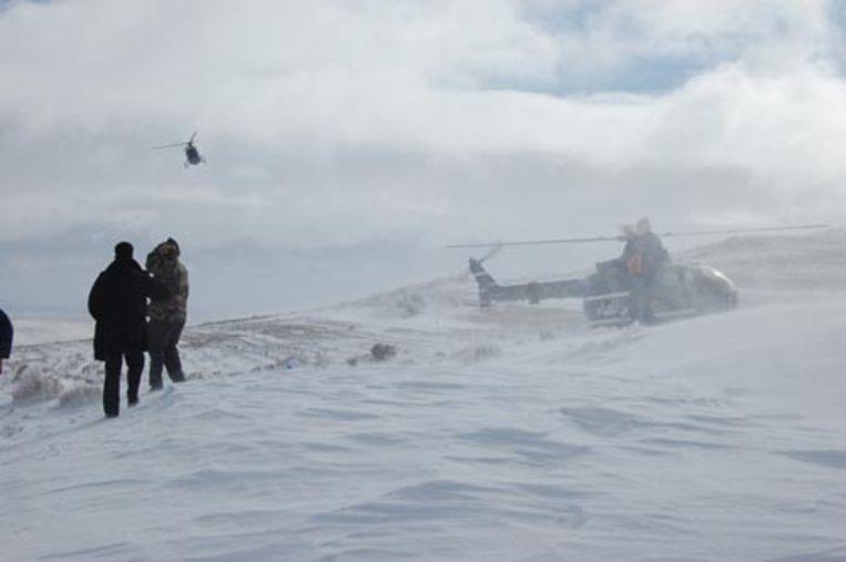 Tientallen Nederlandse toeristen hebben na zware sneeuwval 24 uur vastgezeten in bussen in Zuid-Jordanië. Helikopters hebben hen geëvacueerd.De bussen waarin de Nederlanders zaten werden op weg naar de toeristische trekpleister Petra overvallen door de zware sneeuwval. (ANP) Beeld ANP