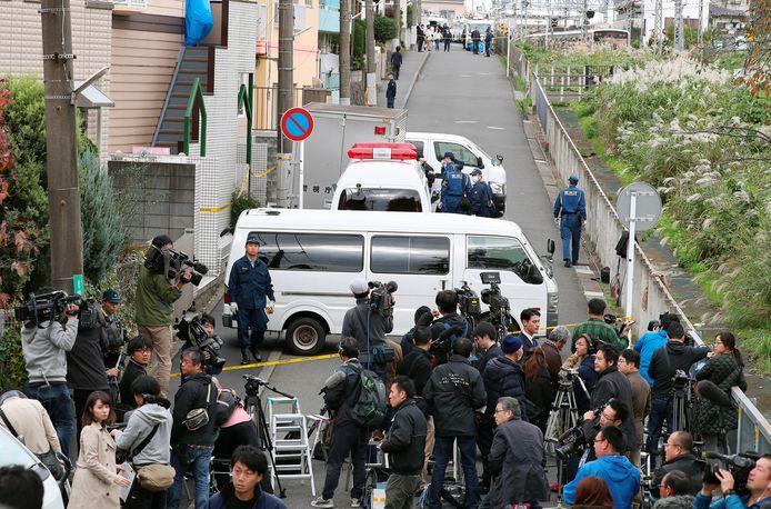 Buren en vertegenwoordigers van de media verzamelen zich in de straat van het 'moordhuis' in Zama. Japan kent een gering aantal moorden, maar als die zich voordoen gaat het vaak om uiterst geruchtmakende zaken.