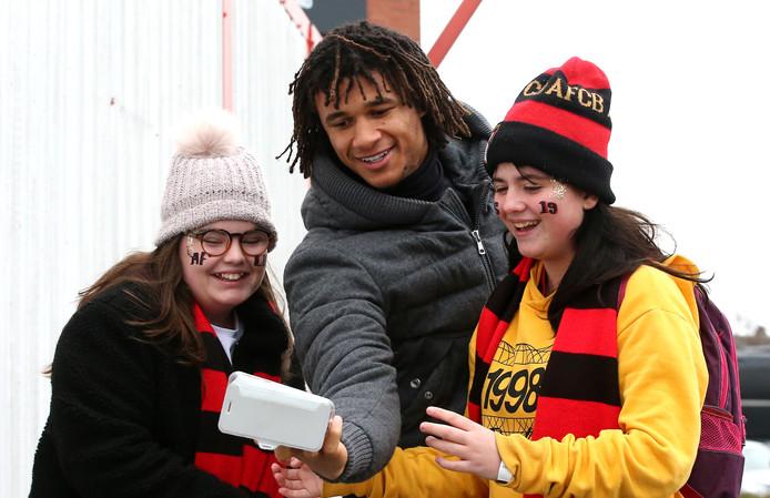 Nathan Ake maakt een selfie met fans van Bournemouth.