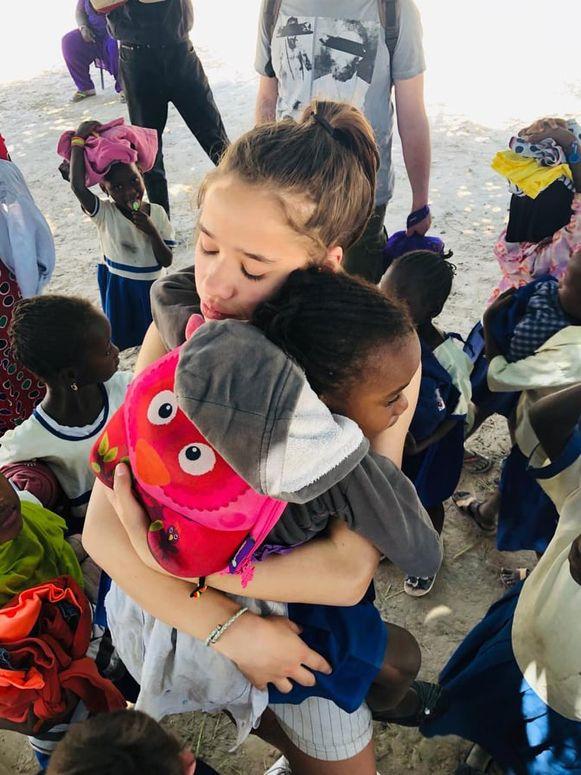 Voor de kinderen is het bezoek aan Gambia een leerrijke ervaring.