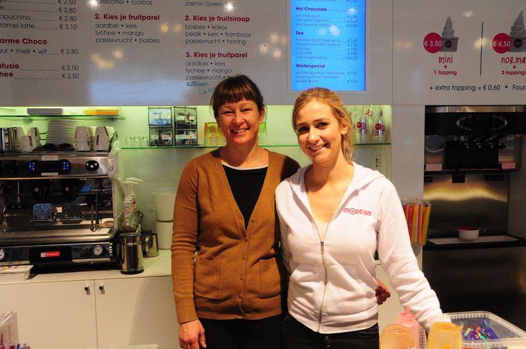 Sylvie (links) van Moochie en haar medewerkster kunnen weer lachen: hun taarten zijn gered.