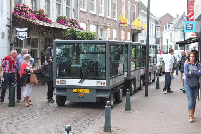 De Zonnetrein in het eerste seizoen tijdens een stop in de Gentsestraat in Hulst.