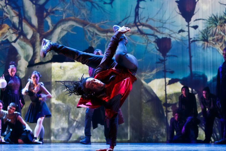 Breakdancer Dietrich Pott in Grimm van de Junior Company & ISH. Beeld Michel Schnater