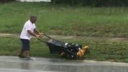 Regen of niet, deze man moet en zal zijn gras maaien