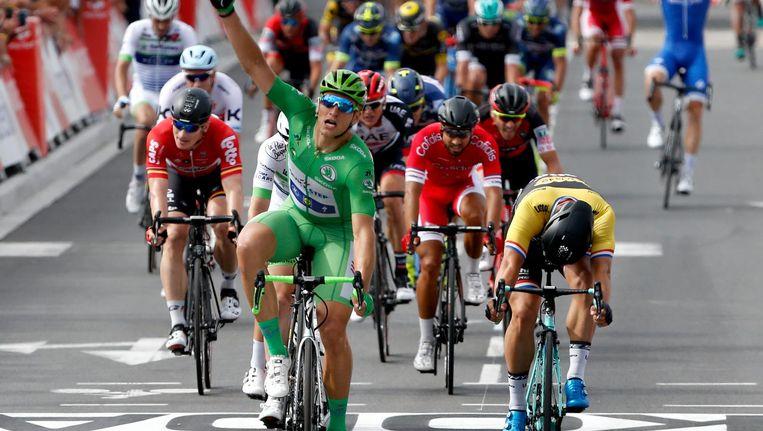 De etappe van vorige week woensdag: De Duitser Marcel Kittel (L) juicht als hij over de finish komt, Amsterdammer Dylan Groenwegen (R) komt net te kort en eindigt als tweede. Beeld ANP