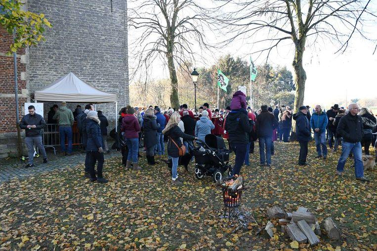 Bezoekers van de Sint-Elooiviering in Millegem.
