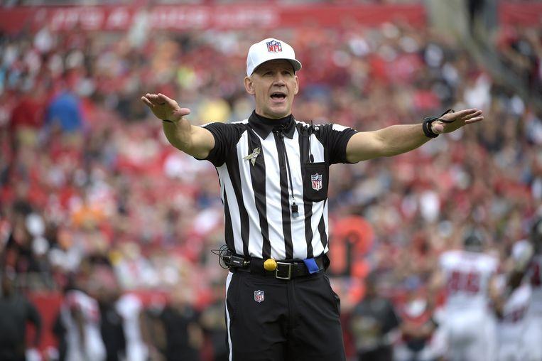 De NFL-officials of referees in hun kenmerkende zwart-witte outfit.