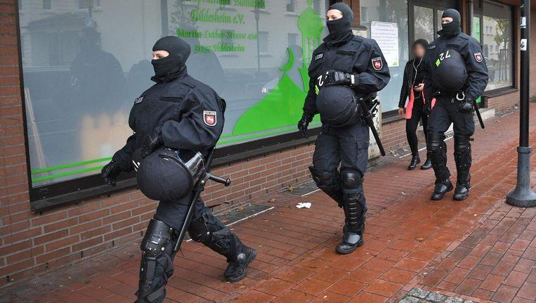Duitse politieagenten bij een moskee in Hildesheim, waar eerder deze zomer ook een inval werd gedaan Beeld afp