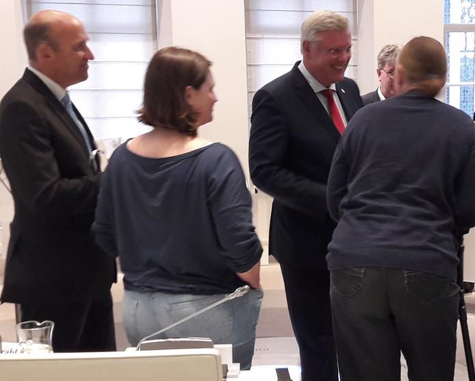 Andries Heidema ontvangt felicitaties van gemeenteraadsleden.