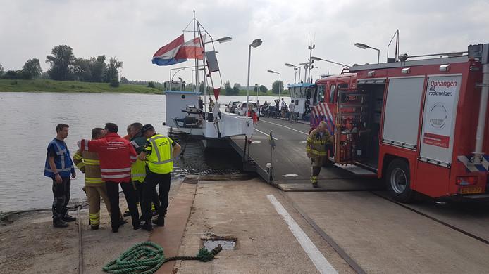 Hulpdiensten zoeken massaal naar een vermiste zwemmer bij het veer in Wageningen.