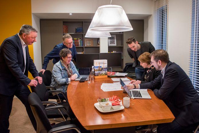 Het pop-up kantoor van de gemeente Geertruidenberg bij Alfa Accountants in Raamsdonksveer. Met Margreet Coort de Leeuw en Nicole de Kort namens de gemeente aan het werk. Op de foto ook wethouders Bert van den Kieboom en Kevin van Oort.