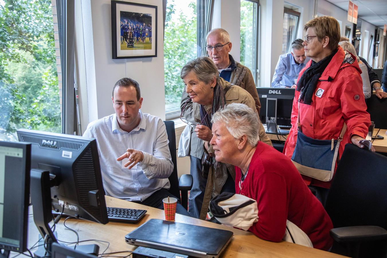 Verslaggever Arjan Bosch laat abonnees van de Stentor meekijken in een verhaal dat hij maakt.