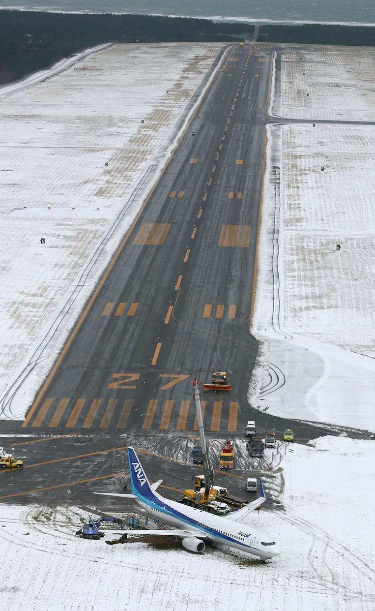 Het zondag gefotografeerde toestel van All Nippon Airways, dat zaterdagavond in Sakata doorschoot bij de landing. Beeld reuters