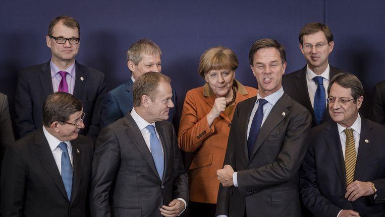 Europese regeringsleiders lachen tijdens het maken van de traditionele familiefoto op de Europees-Turkse topconferentie over de vluchtelingencrisis. Beeld anp